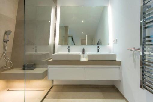 Hoch modernes Badezimmer mit ebenerdiger Dusche