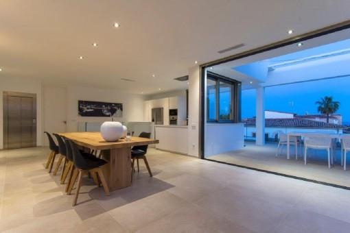 Küchen- und Essbereich mit direktem Terrassenzugang