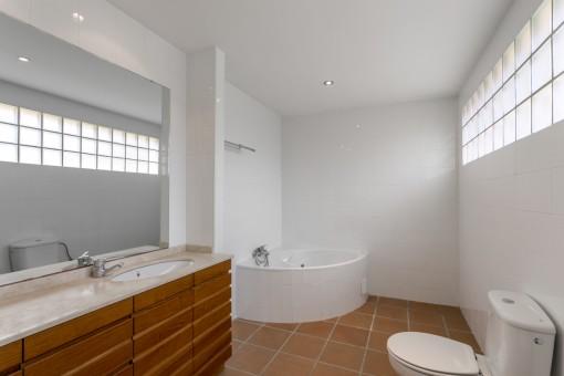 Großzügiges Badezimmer en Suite