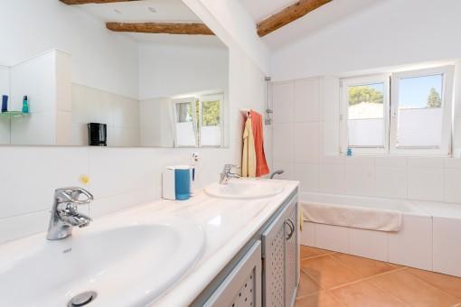 Wunderschönes Badezimmer en Suite mit Badewanne