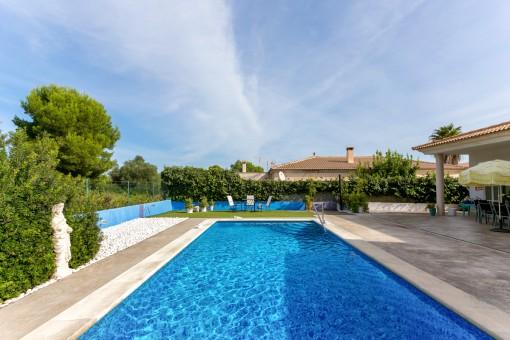 Moderne Villa mit Pool und übergroßem Grundstück in Son Serra de Marina mit Blick in den Pinienwald
