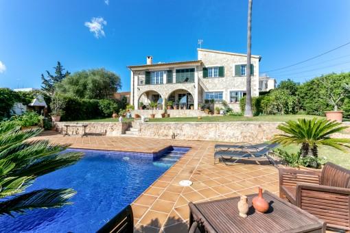 Wunderschönes, steinverkleidetet Einfamilienhaus in Sa Cabaneta mit hübschen Garten und Traumblick auf die Bucht von Palma