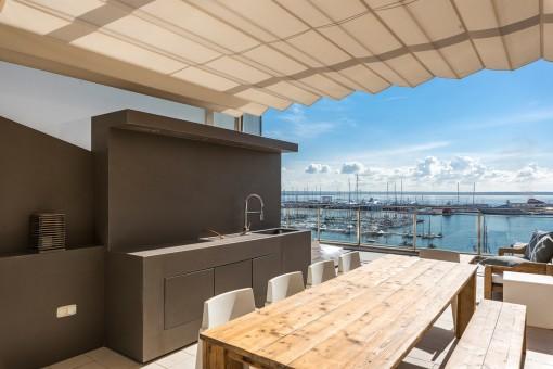 Essbereich mit Außenküche auf der Dachterrasse