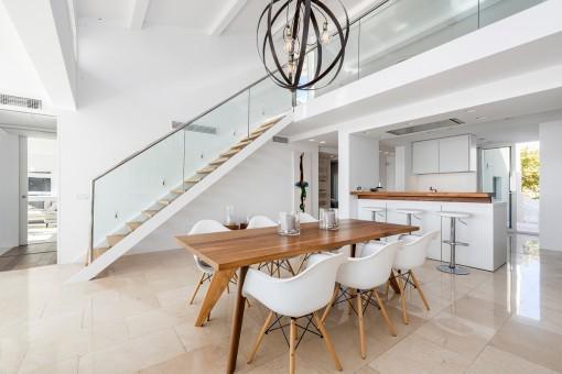 Großzügiger Essbereich mit Treppenaufgang zur Galerie