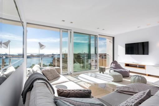Lichtdurchfluteter Wohnbereich mit Panoramafenstern