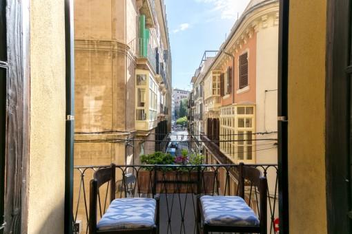 Mallorquinischer Balkon mit Blick in die Gasse