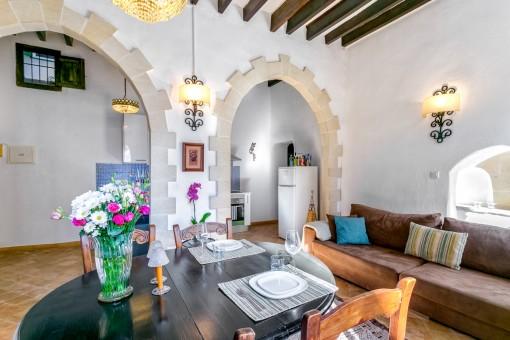 Wohn-und Essbereich mit hoher Decke