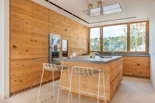 Hochwärtige Küche mit Kochinsel