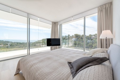 Traumhaftes Schlafzimmer mit Panoramaausblick
