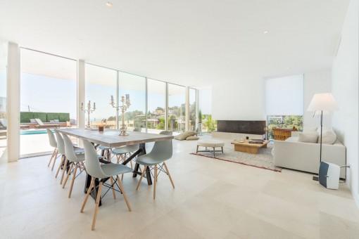 Wohn- und Essbereich mit Panoramafenstern