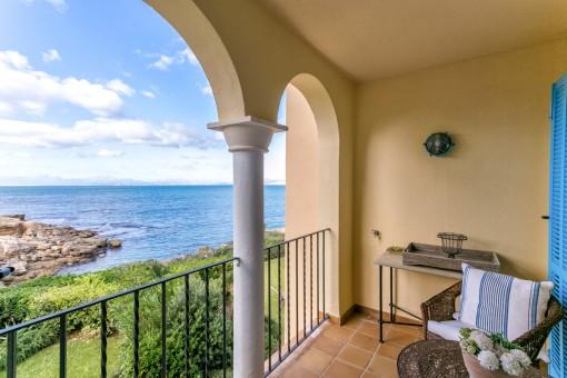 Duplex-Apartment mit eigenem Gartenanteil in einer der schönsten Anlagen Mallorcas direkt am Meer in Betlem