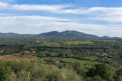 Außergewöhnliches Grundstück mit renovierungsbedürftigem Haus mit Blick auf die Berge von Artà