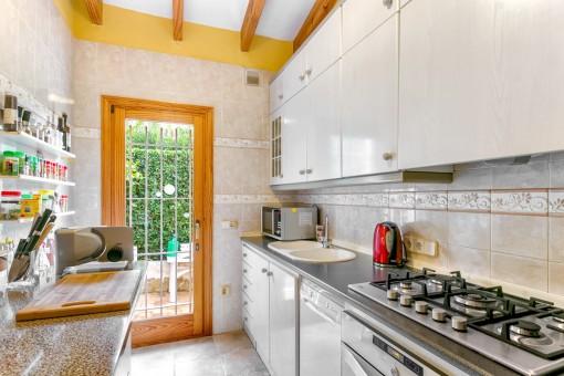 Die Küche verfügt über einen Zugang zur Terrasse