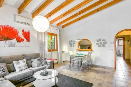 Reizender Wohn-/ Essbereich mit Holzdeckenbalken