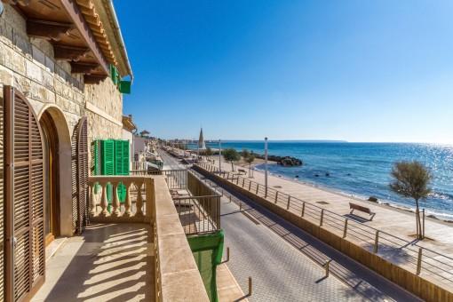 Charmantes, geräumiges Haus in erster Meereslinie in Portixol mit verschiedenen Terrassen und Garten