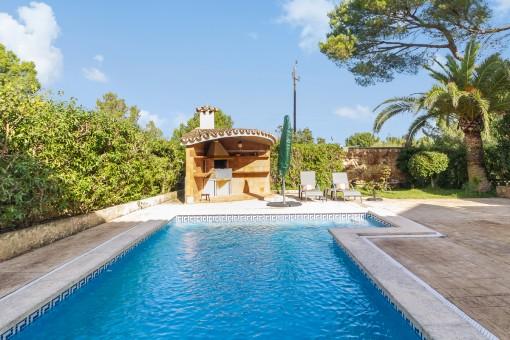 Idyllisches Chalet umgeben von Bäumen und viel Grün in beliebter Wohngegend Cala Blava nahe Palma