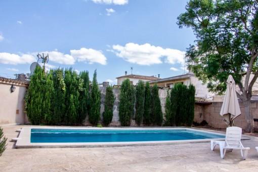 Weitläufiger Poolbereich mit Sonnenliegen