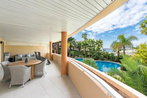 Wundervoller Loungebereich auf dem Balkon