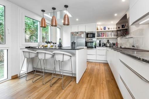 Moderne, voll ausgestattete Küche mit Bartisch