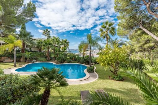 Gepflegter Garten- und Poolbereich
