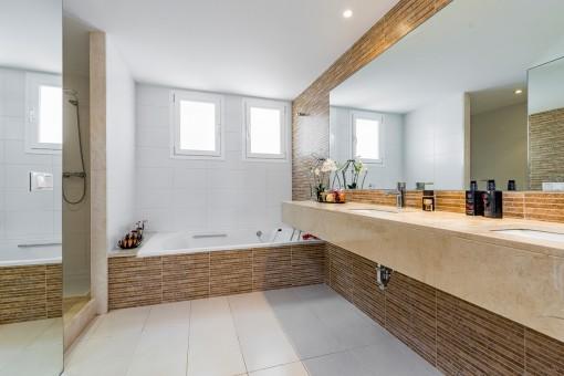 Eines 4 modernen Badezimmern