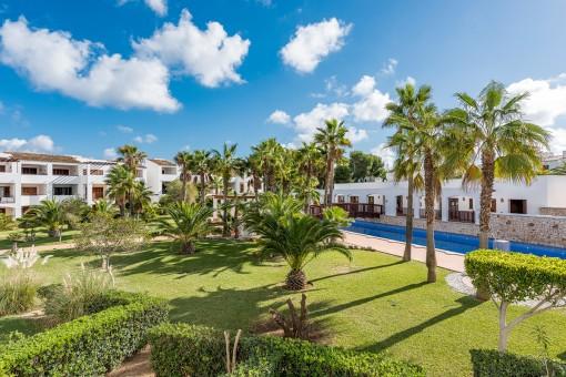 Idyllischer Gartenbereich mit Palmen