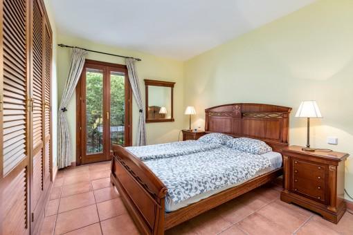 Zauberhaftes Schlafzimmer mit rustikaler Möblierung