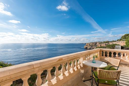 Villa in erster Meereslinie in atemberaubender Lage in Cala Llombards