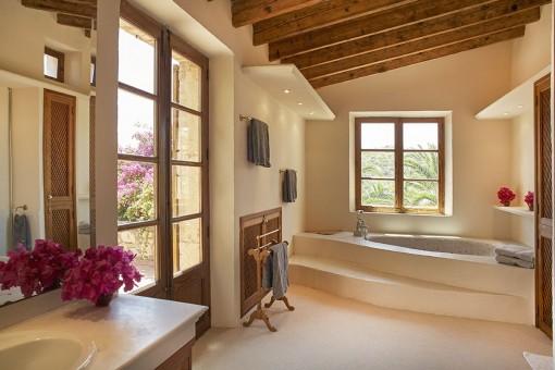Bezauberndes Badezimmer mit Badewanne