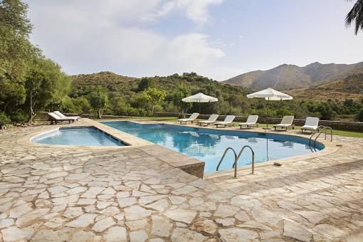 Wunderschöner Poolbereich mit Bergblick