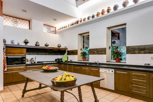 Große Küche, die voll ausgestattet ist