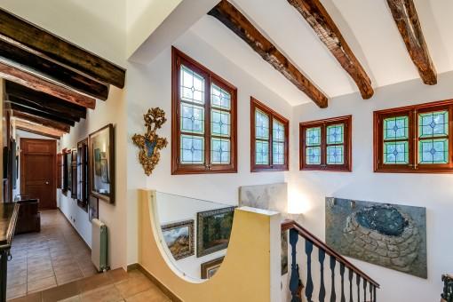 Treppenaufgang und Galerie des Hauses