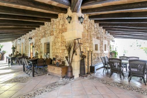 Wunderschöne, rustikale Terrasse mit Holzdeckenbalken