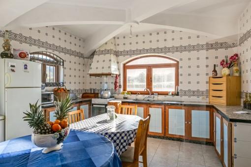 Charmante Küche, die voll ausgestattet ist