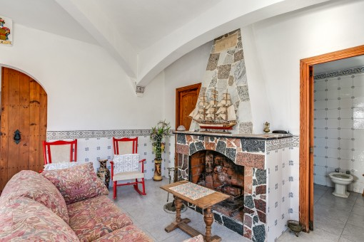 Weiterer Wohnbereich mit offenem Kamin