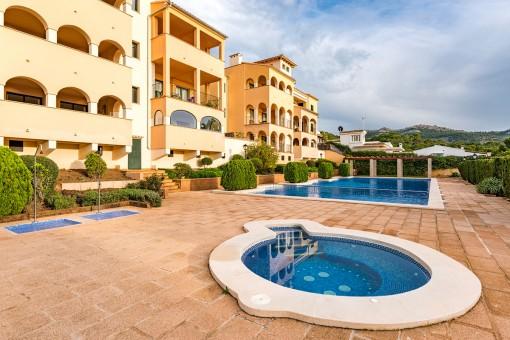 Helle Erdgeschosswohnung mit einer großen Gartenterrasse in Sant Elmo