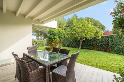 Überdachte Terrasse mit Garten