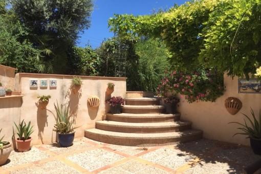Romantische Treppe von Blumen umgeben