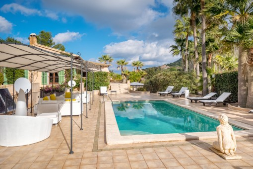 Traumhafter Poolbereich mit Chill-out Lounge