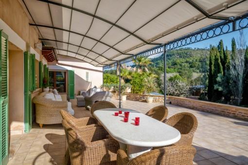 Sonniger Essbereich und Lounge auf der Terrasse
