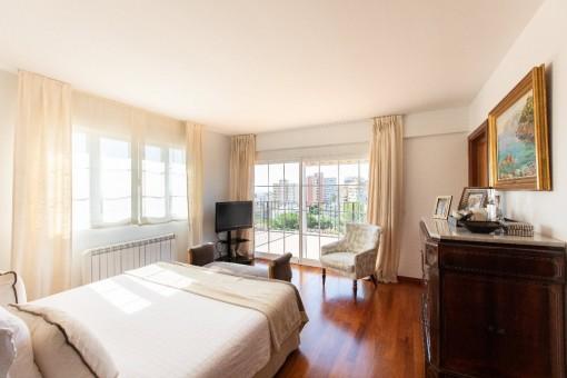 Hauptschlafzimmer mit Meerblickterrasse