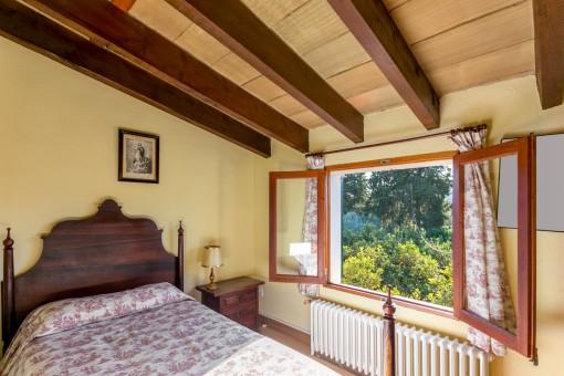 Helles Schlafzimmer mit Ausblick