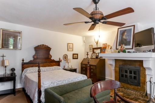Gemütliches Schlafzimmer mit Ofen