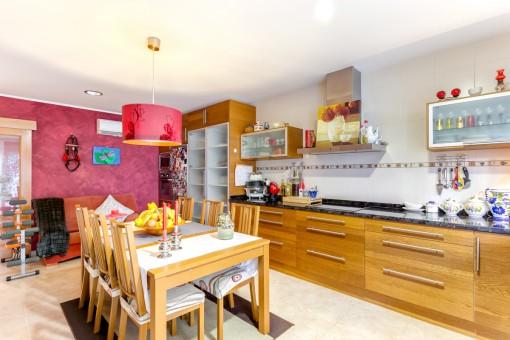 Voll ausgestattete Küche und Essbereich