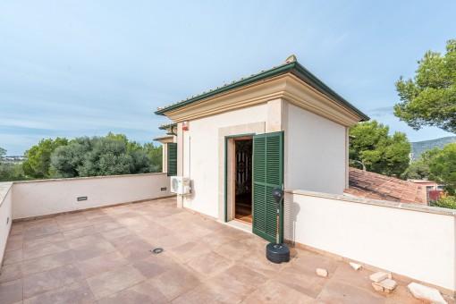 Sonnige Dachterrasse der Villa