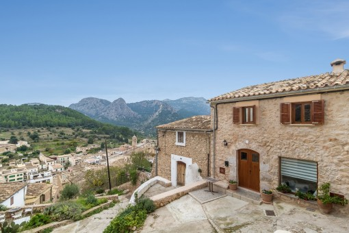 Renoviertes Dorfhaus mit Pool und Panoramablick über das Dorf Buñola