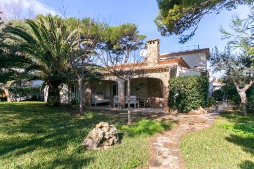 Sehr privat gelegene Mittelmeervilla mit einem der größten Grundstücke an der Playa de Muro mit Meerblickdachterrasse