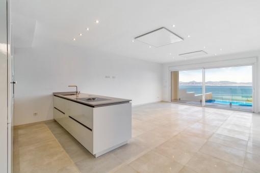 Moderne Küche und große Panoramafenster