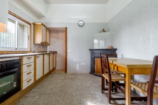 Helle Küche mit Kamin