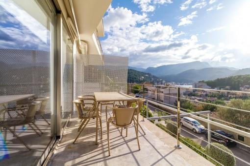 Großzügiger Balkon mit Essbereich